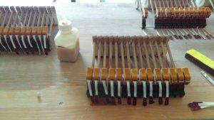 ensemble-de-marteaux-de-pleyel-1910-avec-peaux-de-contre-attrapes-et-lanieres-fraichement-collees-a-la-colle-de-poisson